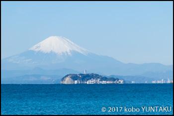 逗子海岸から江ノ島沖に富士山を望む