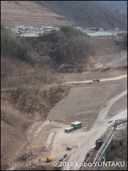 八ッ場ダム ダムサイトと代替地に建つ住宅