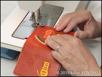 ミシン縫い「虹と猫の免許証入れ」赤茶色