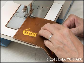 ミシン縫い「虹と猫の免許証入れ」焦茶色