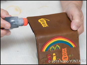 コバ仕上げ「虹と猫の免許証入れ」焦茶色