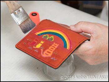 仕上げ剤「虹と猫の免許証入れ」赤茶色