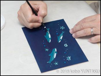 額絵「イルカ」アクリル絵の具で模様付け