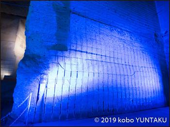 大谷資料館/ライトアップされた大谷石の壁面