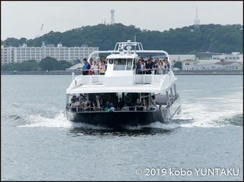 猿島へ向かう定期船