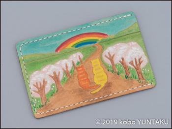 牛革の作品「虹と猫のパスケース(定期入れ)」虹と桜の木をモチーフにした図案