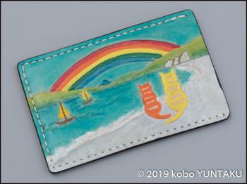 牛革の作品「虹と猫のパスケース(定期入れ)」虹と海をモチーフにした図案
