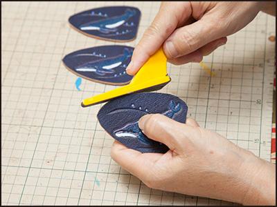 端革を使った制作工程13(ザトウクジラのキーホルダー)
